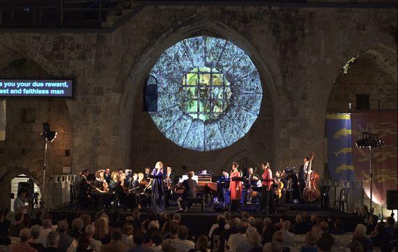 지난 9월 26일 이스라엘 북부 아코에서 열린 헨델의 바로크 오페라 `알치나`. 회화 겸 비디오 아티스트 나오미 크레머가 무대의 배경이 된 아코 성벽에 비디오 아트를 선보였다. [사진 나오미 크레머]