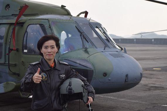 육군 항공 역사상 첫 여군 교관 지휘관이 된 정은희 준위. [사진 육군]