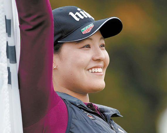 전인지가 지난 9월 18일 LPGA 메이저 대회인 에비앙 챔피언십에서 우승한 뒤 태극기를 들어보이고 있다. [AP=뉴시스]