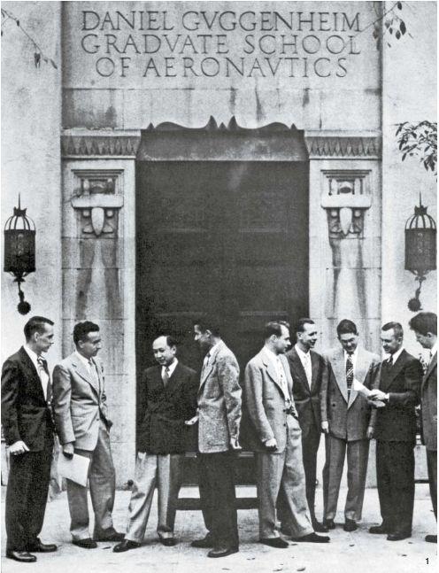 1 칼텍 공학원 교수시절, 동료들과 토론하는 첸쉐썬(왼쪽 셋째). 1949년 8월, 칼텍의 구겐하임 분기(噴氣)추진센터 문전(門前).