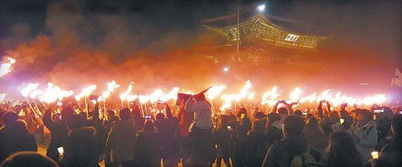 6차 촛불집회가 열린 3일 저녁 서울 광화문광장엔 횃불이 처음 등장했다. 4·16 세월호 참사를 상징해 416개의 횃불을 든 시위대는 광화문을 에워싼 채 박근혜 대통령 탄핵과 구속을 외쳤다. [뉴시스]