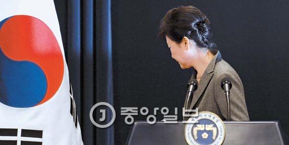 지난달 29일 청와대 브리핑룸에서 3차 대국민 담화를 마치고 돌아서는 박근혜 대통령. 탄핵안 표결(9일) 전 4차 담화가 있을지 주목된다. 김성룡 기자