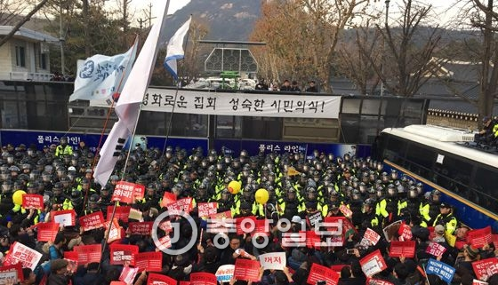 3일 청와대 100m 앞 거리에 모인 시위대. 전민규 기자