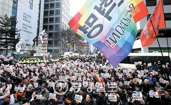 박근혜 대통령의 퇴진을 요구하는 촛불집회가 서울 광화문광장과 청와대 부근에서 이어지고 있는 가운데 3일에는 여의도에서도 열렸다. 이날 오후 2시 새누리당사 앞에 모인 3000여 명은 '새누리당 해체' 등의 구호를 외쳤다. 이어 오후 3시에 시작된 거리행진에는 참가 인원이 2만여 명까지 늘어났다. [사진 김춘식 기자]