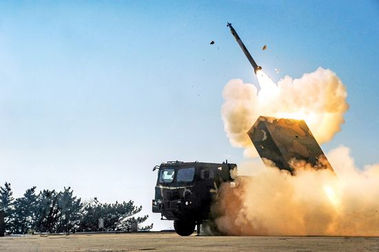 육군은 230㎜급 다연장로켓 `천무`의 실사격 모습을 지난 2월 5일 공개했다. [사진 육군제공]