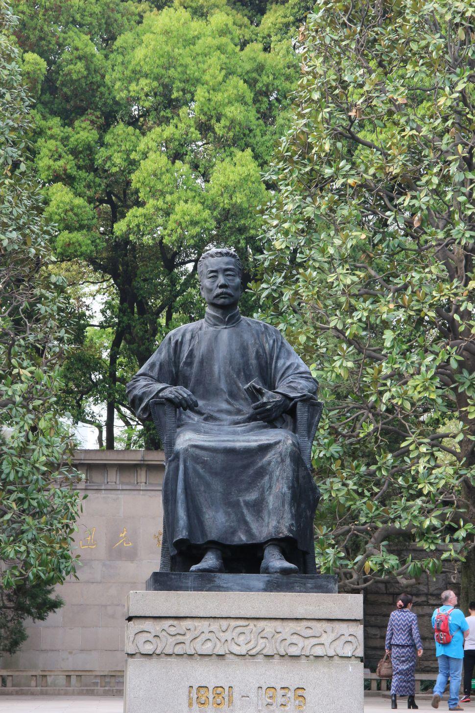 14억 중국인이 사랑하는 작가 루쉰의 동상. 그의 묘가 상하이 루쉰 공원에 있다.