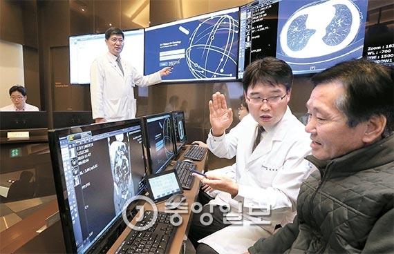 대장암 환자 조태현씨(오른쪽)가 5일 가천대 길병원의 인공지능 암센터에서 의료진의 설명을 듣고 있다. 길병원은 이날 국내 최초로 인공지능 프로그램 '왓슨'을 환자 진료에 활용하기 시작했다. 전문 의료진의 판단, 환자 정보를 분석한 왓슨이 내린 진단을 종합 검토해 적합한 치료법을 결정하는 방식이다. [사진 최정동 기자]