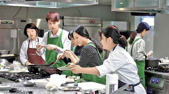 2기 프레시 셰프들이 CJ프레시웨이 조리아카데미에서 요리를 만들고 있다. [사진 CJ프레시웨이]