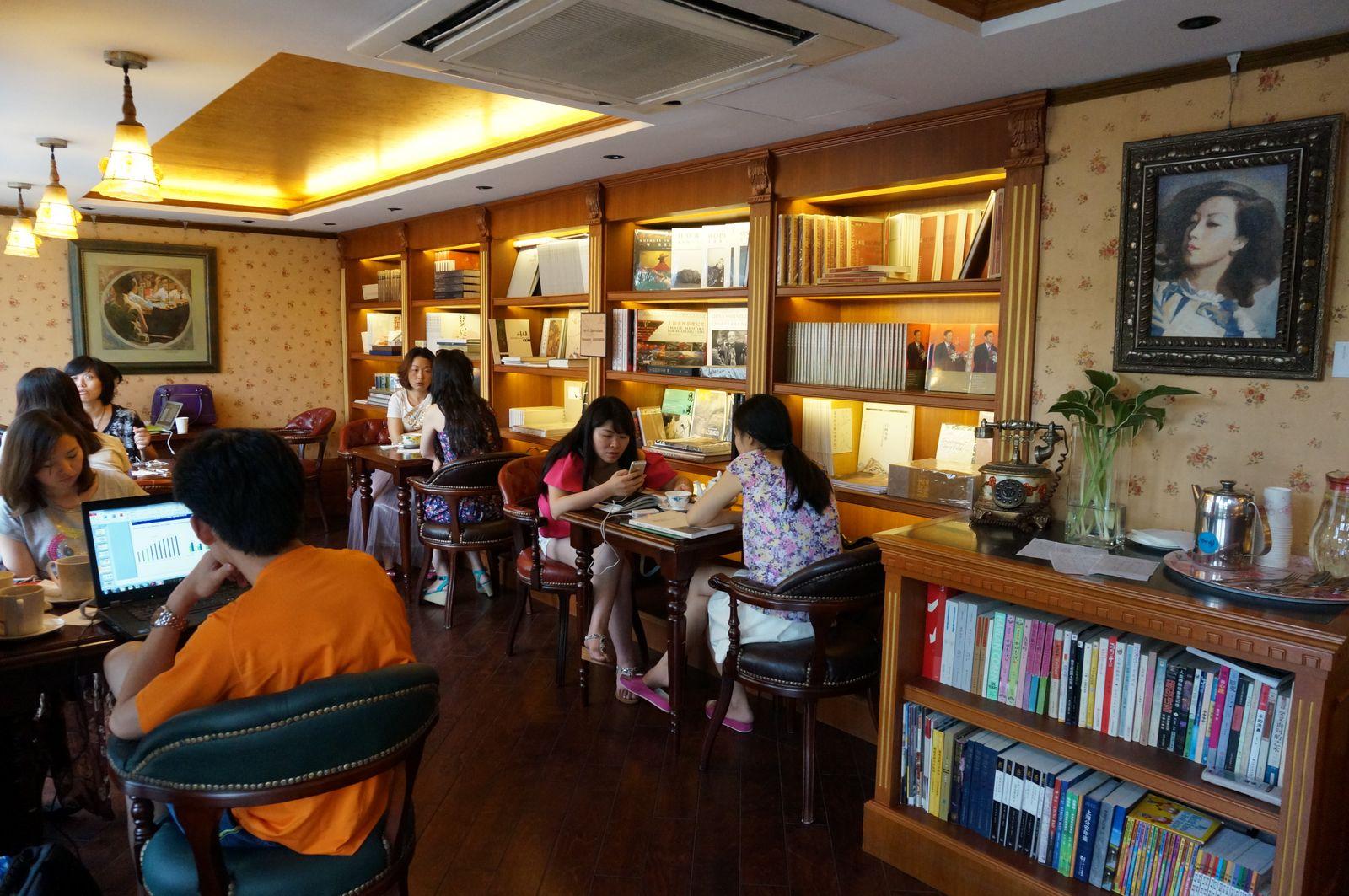 장아이링 북카페에서는 그녀의 열혈팬 `장미`들을 볼 수 있다.