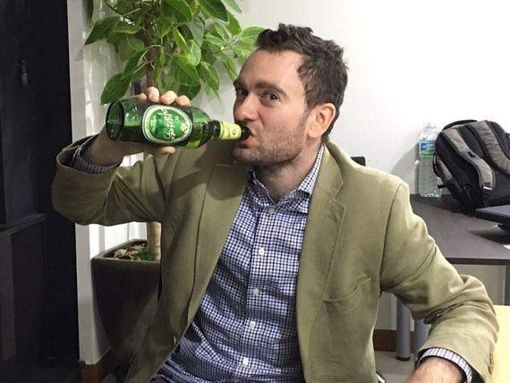 북한 대동강맥주를 마시고 있는 다니엘 튜더.