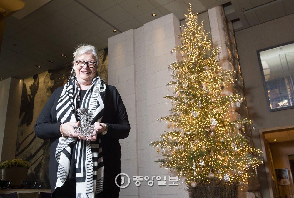 매년 10미터 높이의 트리를 선보이며 특급호텔 중 가장 크고 화려해 화제가 되는 그랜드 하얏트 서울의 트리와 인테리어를 맡아온 마기 린지 플라워 디자이너가 25일 중구 그랜드 하얏트 호텔에서 본지와 인터뷰를 하고 있다. 장진영 기자