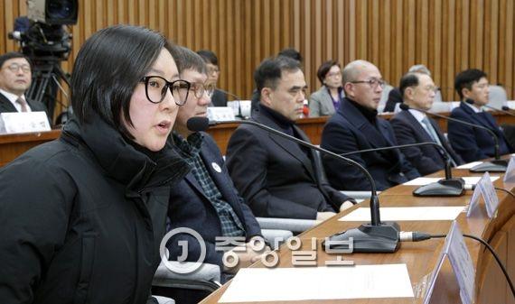 박근혜 정부의 최순실 등 민간인에 의한 국정농단 의혹사건 진상규명을 위한 국정조사 특별위원회 청문회에 증인으로 출석한 장시호씨가 의원들의 질의에 답하고 있다. 박종근 기자