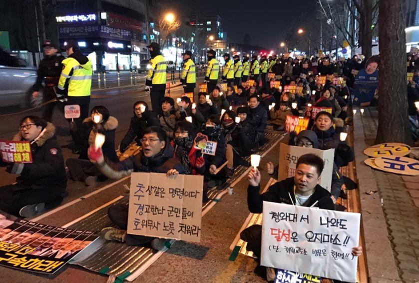 7일 오후 대구시 달성군 화원삼거리 인근 도로에서 주민 200여명이 가운데 박근혜 대통령 하야를 촉구하는 촛불집회가 열렸다. 대구= 김정석 기자