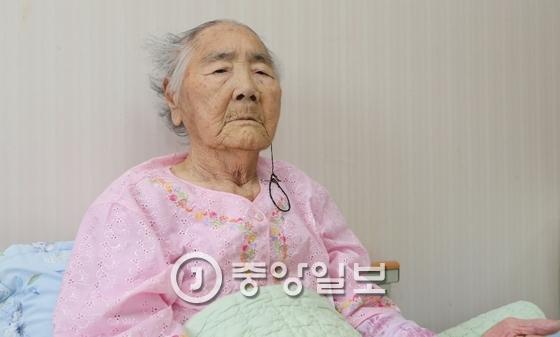 박숙이 할머니가 지난해 8월 건강이 악화돼 경남 남해군 고현면 화방동산요양원에서 휴식을 취하고 있다. 송봉근 기자