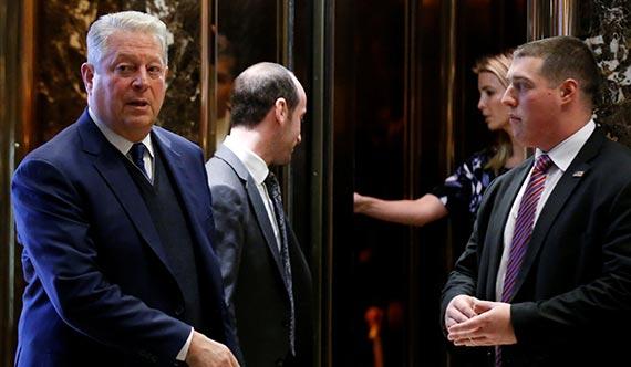 앨 고어 전 미 부통령(왼쪽)이 5일 도널드 트럼프 대통령 당선인을 만난 뒤 트럼프타워를 나서고 있다. 이날 만남은 트럼프의 장녀 이방카(오른쪽에서 둘째)의 소개로 이뤄졌다. 고어는 2007년 기후 변화 관련 환경 운동으로 노벨평화상을 받았다. 파리기후협정 탈퇴를 주장했던 트럼프의 입장 변화가 주목된다. [로이터=뉴스1]