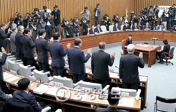 6일 오전 서울 여의도 국회에서 열린 '최순실 국정 농단 국정조사 청문회'에 증인으로 출석한 대기업 총수와 참고인들이 증인 선서를 하고 있다. [사진 오종택 기자]