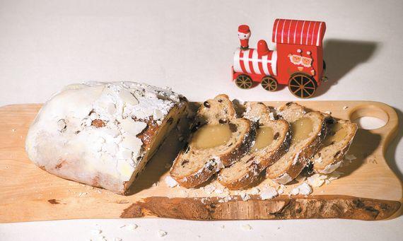 독일의 대표적인 크리스마스 빵 슈톨렌은 투박한 겉모습과 달리 럼에 절인 건조 과일과 견과류의풍미가 깊이 베어들어 맛이 좋다. 묵직한 풍미 때문에 커피·위스키·와인과도 잘 어울린다.