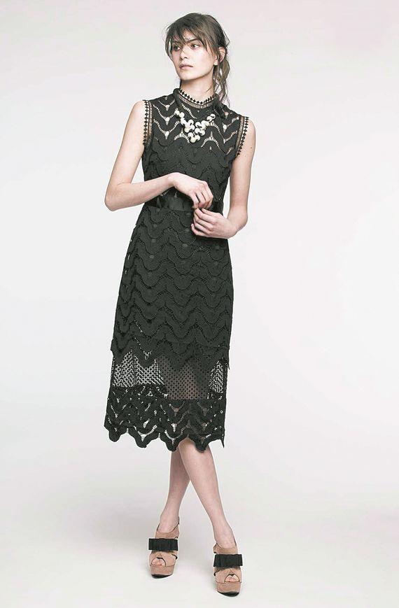 블랙 타이 '칵테일' 같은 드레스 코드에 두루 어울리는 블랙 드레스. 레이스 원단이라 고급스러운 느낌을 준다. 에센셜.