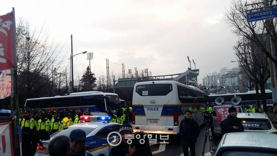 전봉준 투쟁단의 서울 진입을 막기 위해 경찰이 경찰버스 등으로 도로를 차단한 모습. [사진 전봉준 투쟁단]