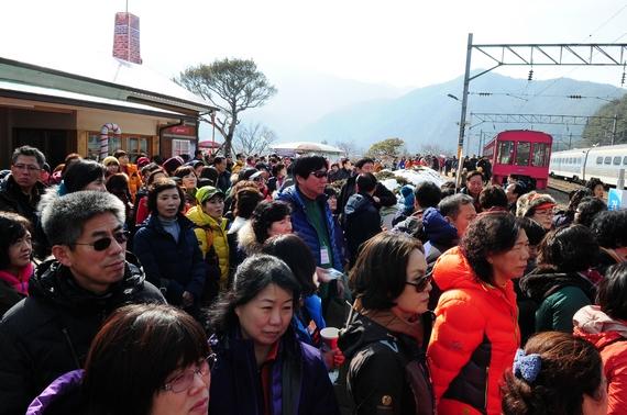 지난해 2월 경북 봉화군 소천면 분천역에서 산타마을을 찾은 관광객들이 북새통을 이루고 있다. [사진 경북 봉화군]