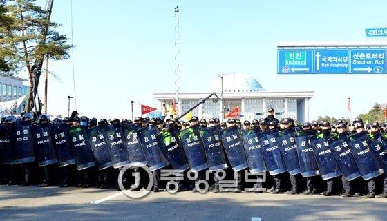 탄핵안 표결을 앞두고 경찰은 국회 앞 경비를 강화했다. 우상조 기자
