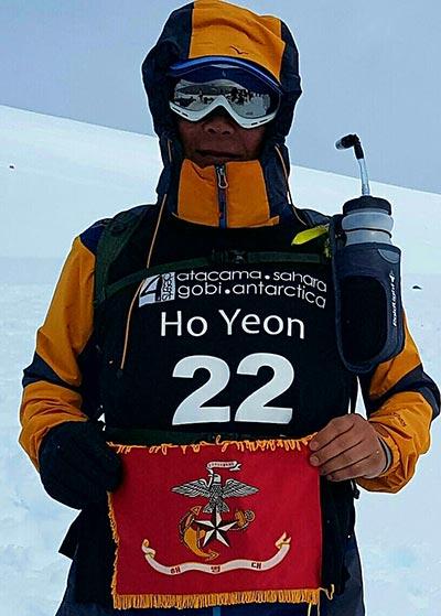 지난달 21일부터 26일까지 펼쳐진 남극 마라톤대회에 참가한 이호연 전 사령관이 해병기를 들고 있다.