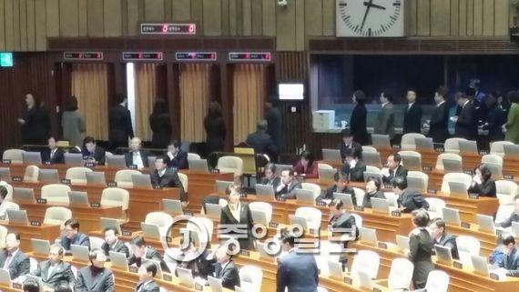 박 대통령 탄핵소추안 표결이 진행 중인 국회. 오종택 기자
