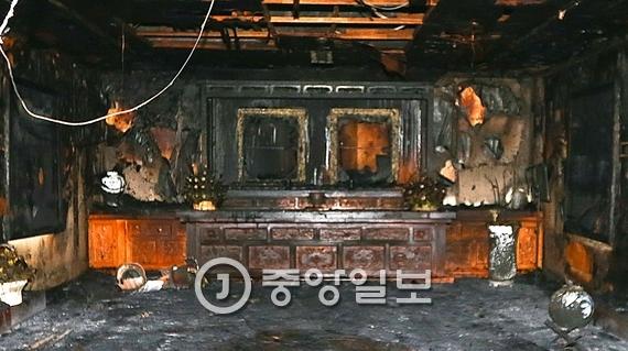 지난 1일 오후 3시15분쯤 경북 구미시 상모동 박정희 전 대통령 생가에서 불이 나 추모관을 모두 태웠다. 프리랜서 공정식