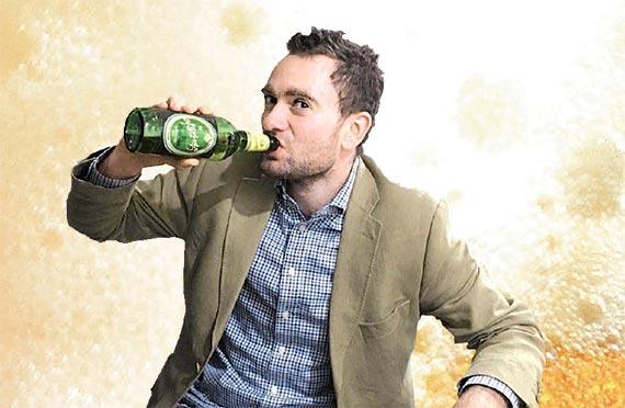 북한산 대동강맥주를 마시고 있는 다니엘 튜더.