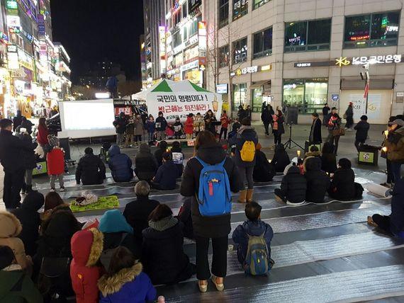 군포 촛불문화제에 참석한 시민들이 문화공연을 감상하고 있다. [사진 박근혜 퇴진 군포시민운동본부]