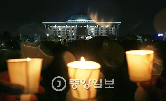 박근혜 대통령에 대한 탄핵소추안 표결을 하루 앞둔 8일 오후 촛불집회가 국회의사당 정문 앞에서 열렸다. 집회에 참가한 시민들은 '즉각 탄핵' 등의 구호를 외쳤다. [사진 김춘식 기자]