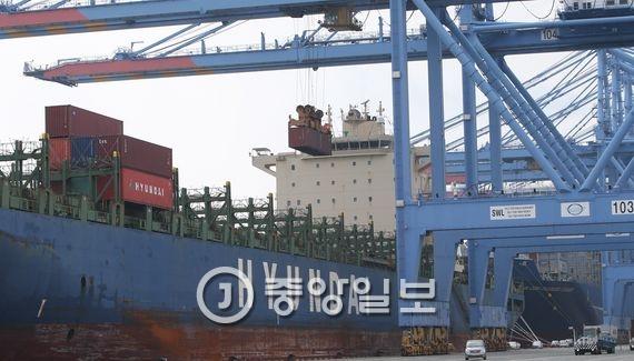 현대상선의 `현대포워드호`(4000TEU급). 송봉근 기자