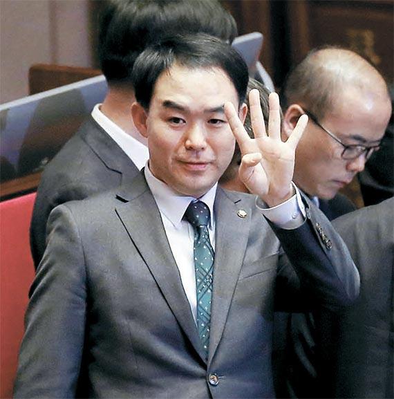 채이배 국민의당 의원이 같은 날 본회의장에서 찬성 234표를 뜻하는 손짓으로 개표 상황을 전해 주고 있는 모습. [뉴시스]