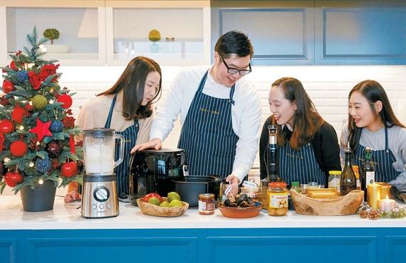 지난 5일 요리 강사 엉클 폴(왼쪽에서 둘째)이 '건강한 크리스마스 홈파티 쿠킹 클래스'에서 주부 참가자와 파티 요리를 함께 만들고 있다. 프리랜서 조상희