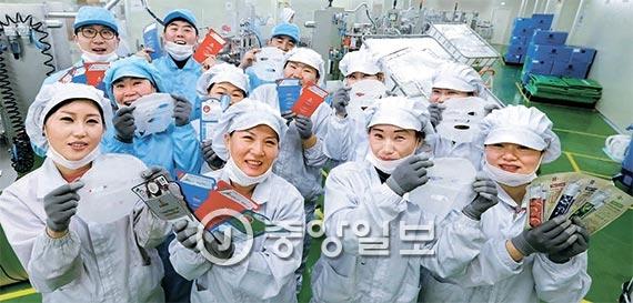 마스크팩 생산업체 리더스 코스메틱의 안성공장 직원들이 자사 제품을 들어 보이고 있다.이 업체는 지난해 마스크팩 2억 장을 생산해 1억 장을 중국에 수출했고 사드 제재에도 올 수출이 10% 늘었다. [사진 신인섭 기자]
