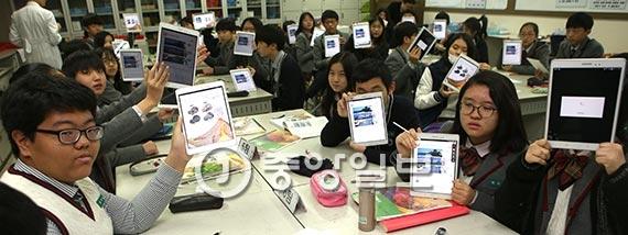 경기도 성남 샛별중 학생들이 암석의 생성과 구분법을 태블릿PC 속 디지털교과서로 수업하고 있다. 샛별중은 디지털교과서 도입 이후 학생들의 집중력이 높아지는 등 수업 만족도가 향상되고 있다고 설명했다. [사진 김춘식 기자]