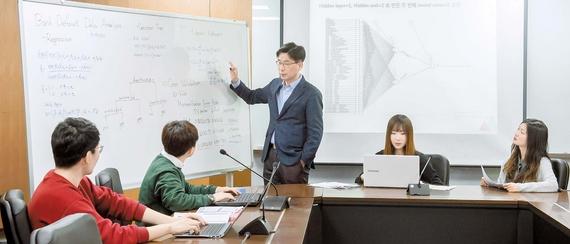 조형준 고려대 통계학과 교수(가운데)가 통계학과 과목인 '데이터마이닝' 수업의 팀 프로젝트를 준비중인 학생들을 지도하고 있다. 데이터마이닝 수업은 경제·금융 등 실제 데이터를 분석하는 팀 과제가 많다.