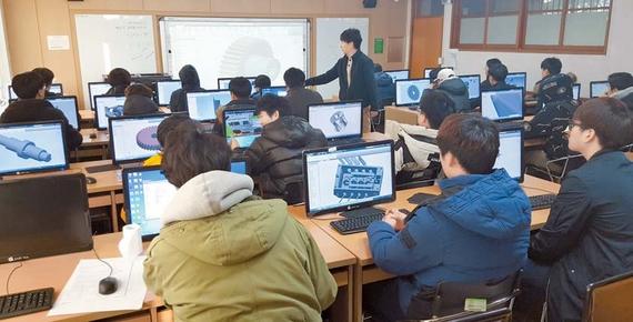 대구공업대 학생들이 컴퓨터 CAD 프로그램을 이용한 모델링 작업 및 설계 실무 교육을 받고 있다. [사진 대구공업대]