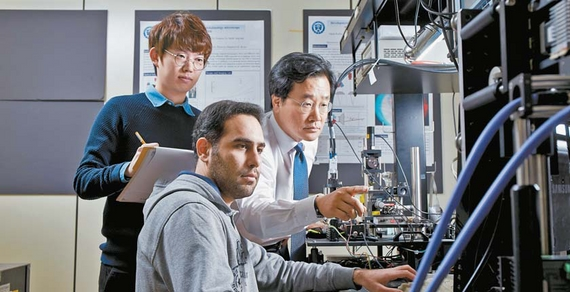 연세대 원주캠퍼스 의공학부 정병조 교수(오른쪽)가 생체의광학실험실에서 연구원들과 생체 현미경 실험을 하고 있다. [사진 연세대]
