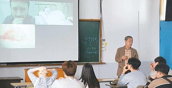 상지대 동물자원학과 학과장인 최일 교수가 '축산환경 캡스톤 디자인' 수업에서 실습 전 안전교육을 하고 있다. [사진 상지대]