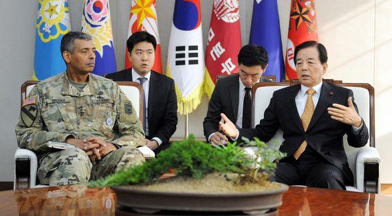 한민구 국방부장관(오른쪽)이 13일 오후 국방부 청사에서 빈센트 브룩스 한미연합사령관을 만나 북한의 군사적 위협에 대한 한미 연합 방위태세에 대해 의견을 나누고 있다. [사진 국방부]