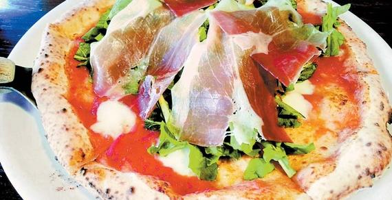 프로슈트(돼지 넙적다리를 염장·건조한 유럽식 햄)와 루꼴라를 듬뿍 얹은 '프로슈트 에 루꼴라'피자.