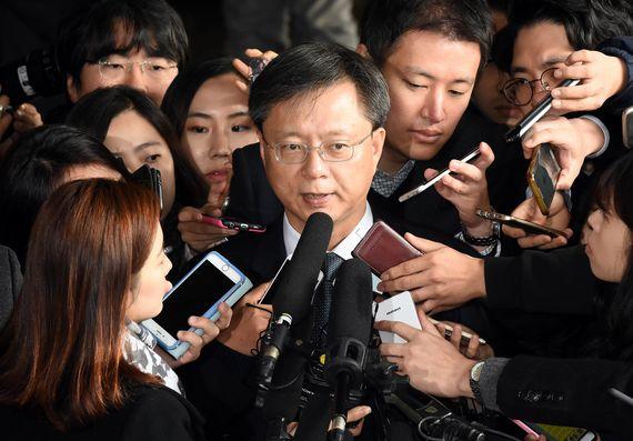 횡령과 직권남용 혐의로 수사의뢰된 우병우 전 청와대 민정수석이 6일 서울 중앙지검으로 피의자 신분으로 출석하며 취재진의 질문을 받고 있다. [사진공동취재단]