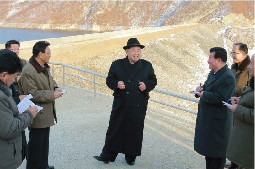 중절모에 더블코트를 입고 나타난 북한 김정은 노동당 위원장. 할아버지 김일성이 즐겨 입던 차림새를 따라했다.