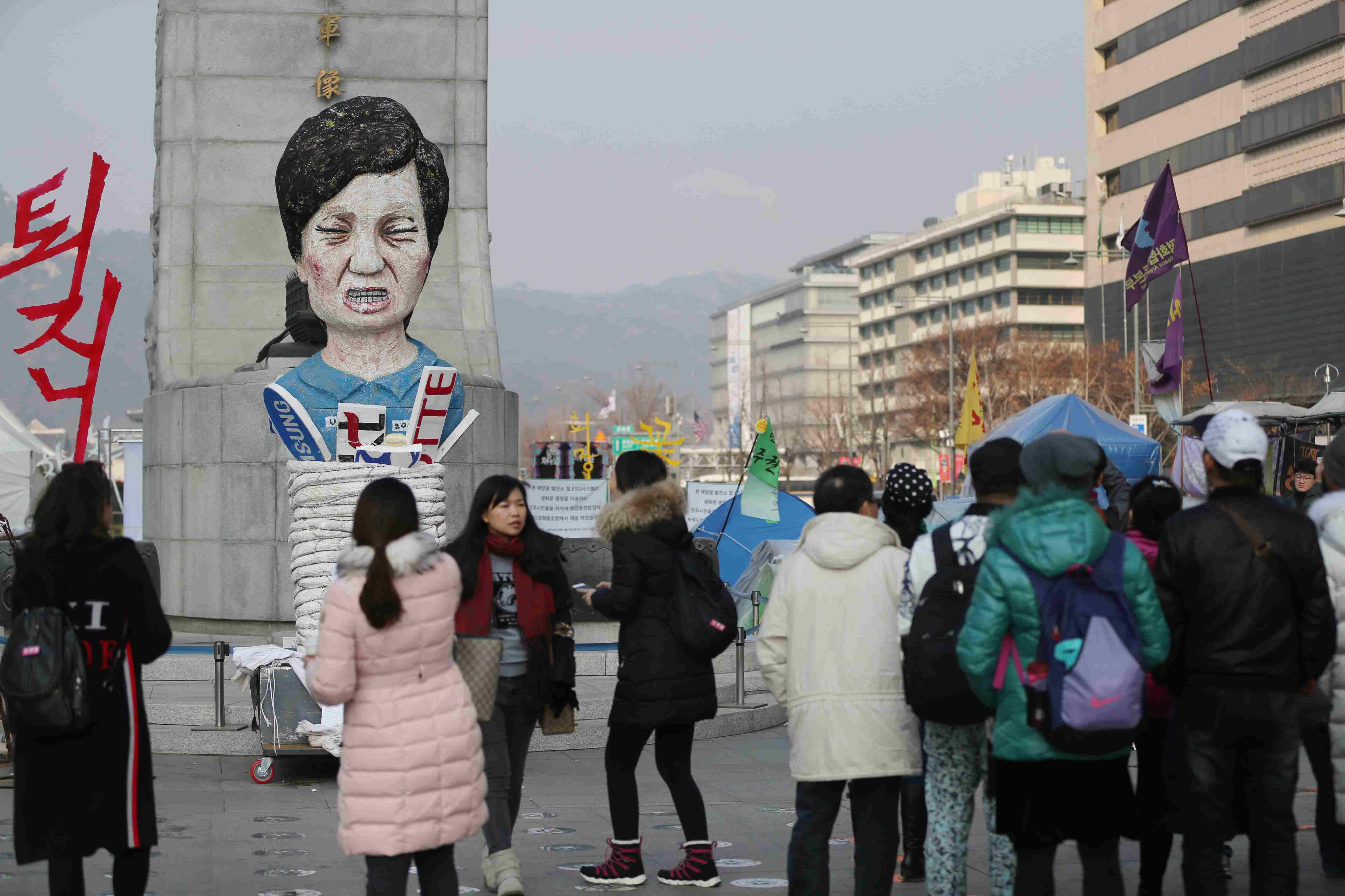 광화문 광장에 놓여 있는 박근혜 대통령 퇴진요구 인형이 중국 단체관광객들의 기념촬영 배경이 되었다. 신인섭 기자
