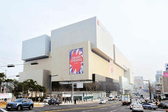 신세계백화점이 40년 만에 다시 문을 연 '대구 신세계백화점' 전경.