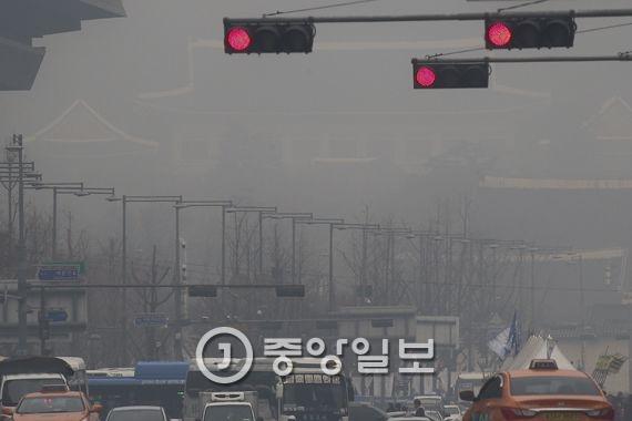안개와 미세먼지로 흐릿한 청와대. 김경록 기자