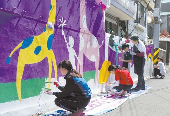 인천 서구 주민과 학생들이 석남동 골목길 담장에 그림을 그리고 있다.