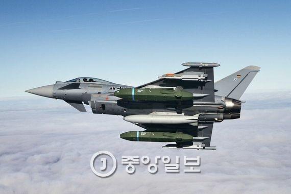 한국 공군의 최신예 전투기인 F-15K에 장착해 북한 전역을 정밀타격할 수 있는 장거리 공대지 미사일 `타우러스`(TAURUSKEPD 350K). [중앙포토]