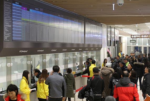 동대구역복합환승센터 3층 매표소 앞에서 도우미들이 시민들의 표 구입을 돕고 있다. [프리랜서 공정식]